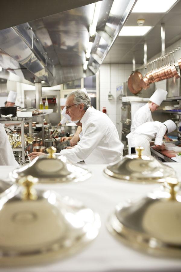 Alain Ducasse dans les cuisine du Louis XV