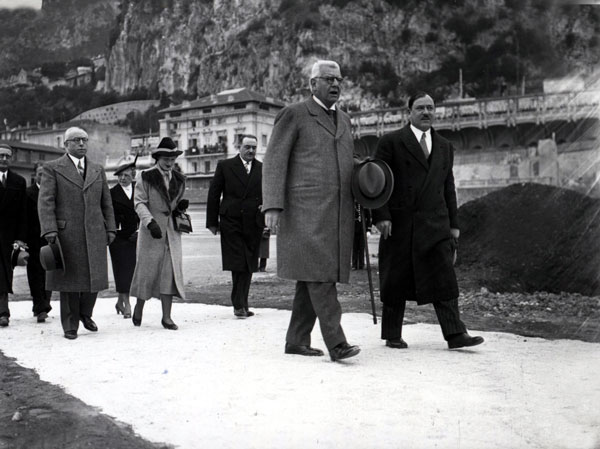 De droite à gauche, Emile Roblot, ministre d'Etat, la princesse Antoinette, en charge du ravitaillement et de l'action sociale, le prince Louis II et Louis Aureglia, maire de Monaco, résistant clandestin à l'occupant. © Detaille Archives Palais Princier