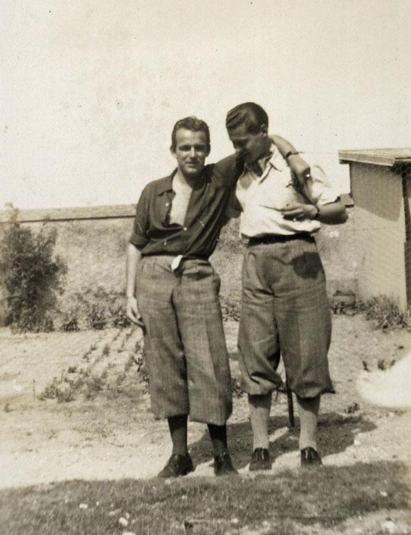 Le prince Rainier (à gauche, en 1944), aidé par le groupe Combat et la résistance anticommuniste, dénonce publiquement Emile Roblot et sa collaboration avec les Allemands, tout en rappelant son attachement à son grand-père. © Collection privée Archives Palais Princier