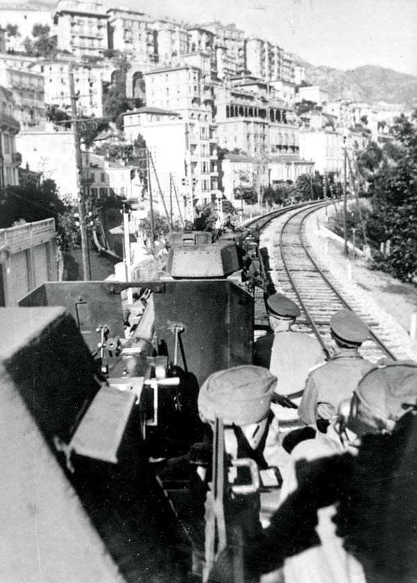 Le train blindé allemand Panzerzug assure la surveillance le long de la ligne de chemin de fer qui traverse la Principauté (vers 1943). © DR Archives Palais Princier
