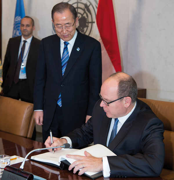 RATIFICATION/Le 24 octobre à New York, le prince Albert a remis à Ban Ki-moon, le secrétaire général de l'ONU, l'instrument de ratification de l'accord de Paris sur le climat. © Photo Eric Mathon/Palais Princier