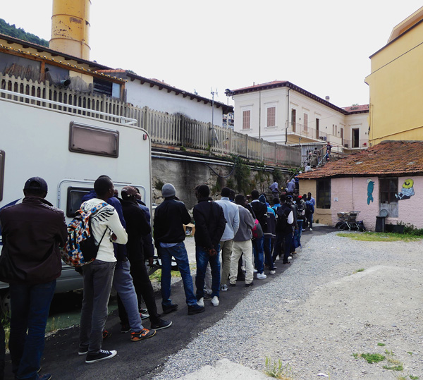 Migrants-Vintimille-aidants-Mai-2017-@-Obs---Sophie-Noachovitch-05-2017-C-file-d'attente-1