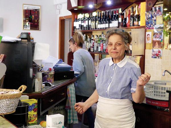 SOLIDARITÉ/Delia Buonuomo ne s'attendait pas à devenir le point de passage obligé des migrants et des «solidaires» lorsqu'elle a repris la gestion du Hobbit Bar il y a deux ans.