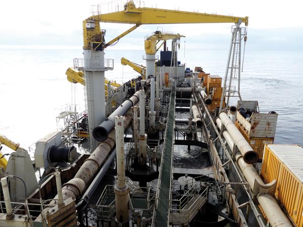 A l'aide de pompes puissantes, jusqu'à 11300m3 sédiments sont stockés dans le ventre du bateau. © Photo L'Obs' - Sophie Noachovitch