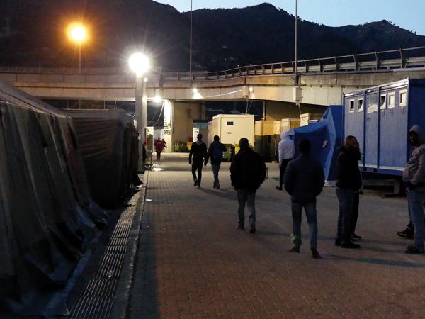 FROID/La responsable du camp, Gabriella Salvioni, a dû commander en urgence 500 nouveaux sacs de couchage afin de parer le nombre croissant de pensionnaires du camp. © Photo L'Obs' - Sophie Noachovitch